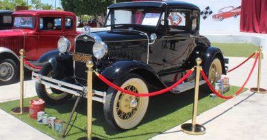 Participan más de 100 vehículos en la Exhibición de Autos Clásicos