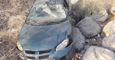 Conductor abandona su vehículo luego de volcarse