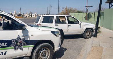 Choca contra luminaria y abandona el vehículo en Perla del Golfo