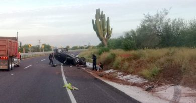 Conductora resulta ilesa tras volcar en su vehículo